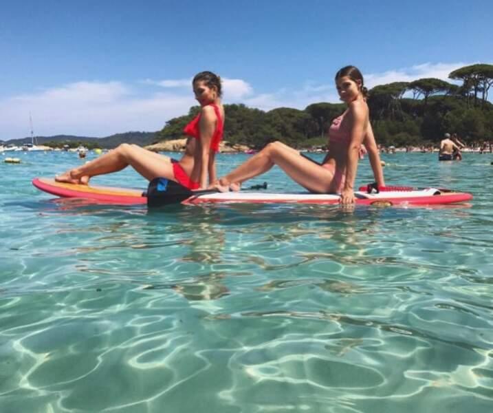Faire du paddle comme une pin-up ? C'est possible, la preuve avec Camille Cerf et Iris Mittenaere.