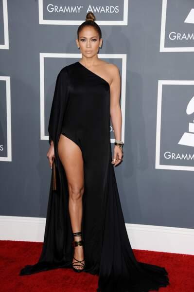 Telle une Amazone, Jennifer portait une longue robe noire asymétrique mettant en valeur ses jambes fuselées.