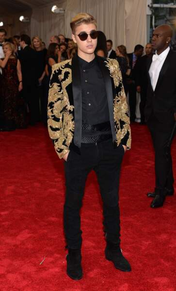 Peut-on être classe avec une veste de costume noire et dorée ? Faites-vous une idée avec Justin Bieber !