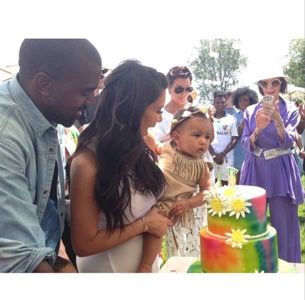 On craque devant le cliché de l'adorable famille Kardashian. Joyeux anniversaire North <3