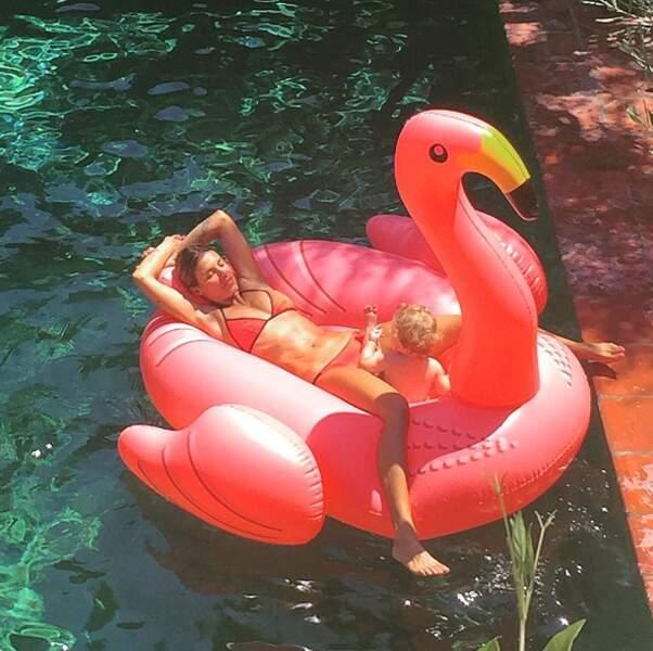 La bouée, c'est aussi l'astuce d'Elisabetta Canalis pour caler son bébé et bronzer tranquille.