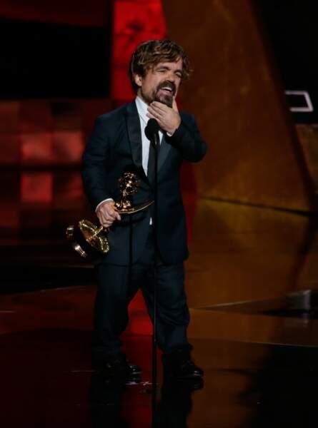 On ne résiste pas à l'envie de vous montrer Peter Dinklage (Tyrion Lannister) et son Emmy Awards