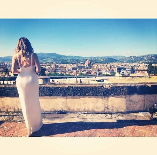 On la retrouve de dos à Florence où s'est déroulé le mariage.