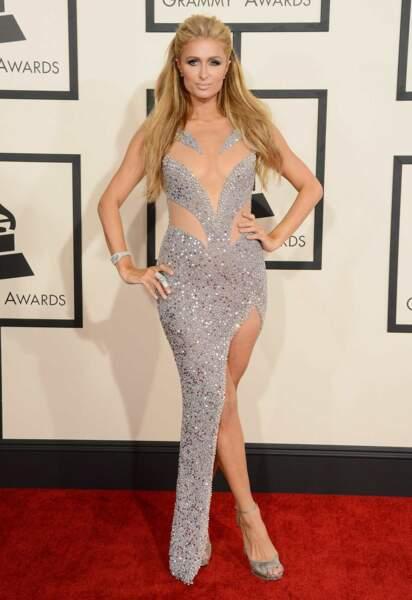 """Paris Hilton et sa robe qui fait très """"gala de patinage"""""""
