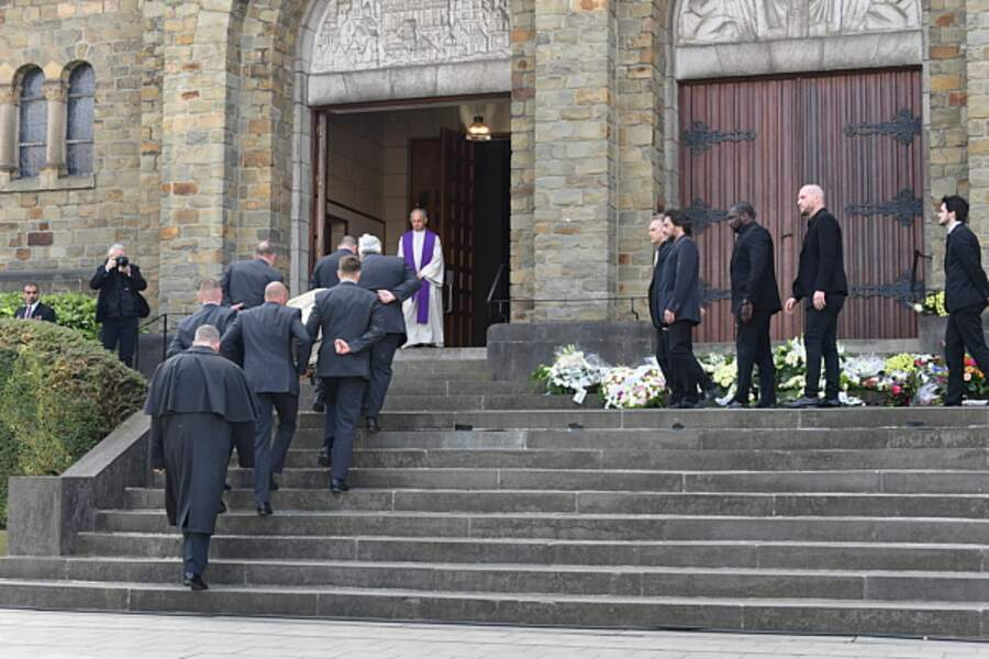 Le cercueil de Maurane rentre dans l'église