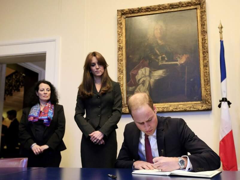 Novembre : Suite aux attentats à Paris, William et Kate signent le registre de condoléances à l'Ambassade de France