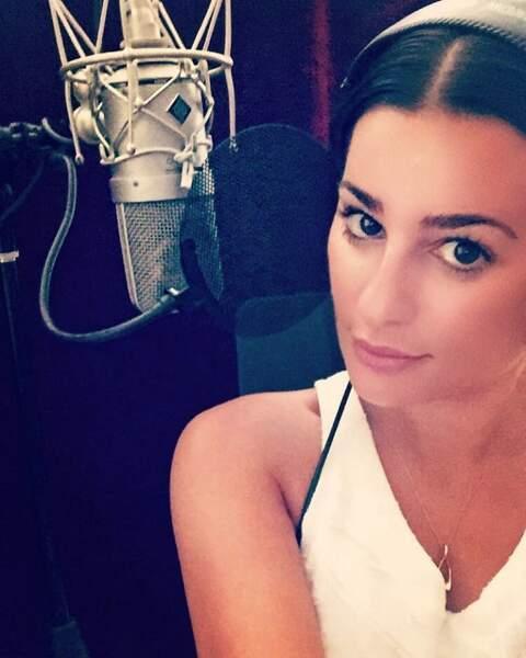 Lea Michele est aussi chanteuse et n'oublie pas de le rappeler : la voici en cours d'enregistrement pour son album