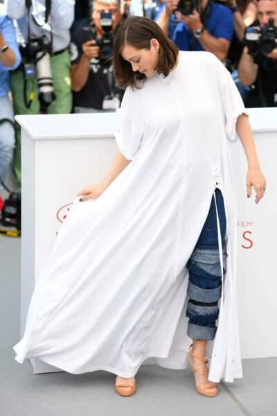 Marion Cotillard déguisée en fantôme ? Mais c'est quoi ce jean en dessous ! Eurk !