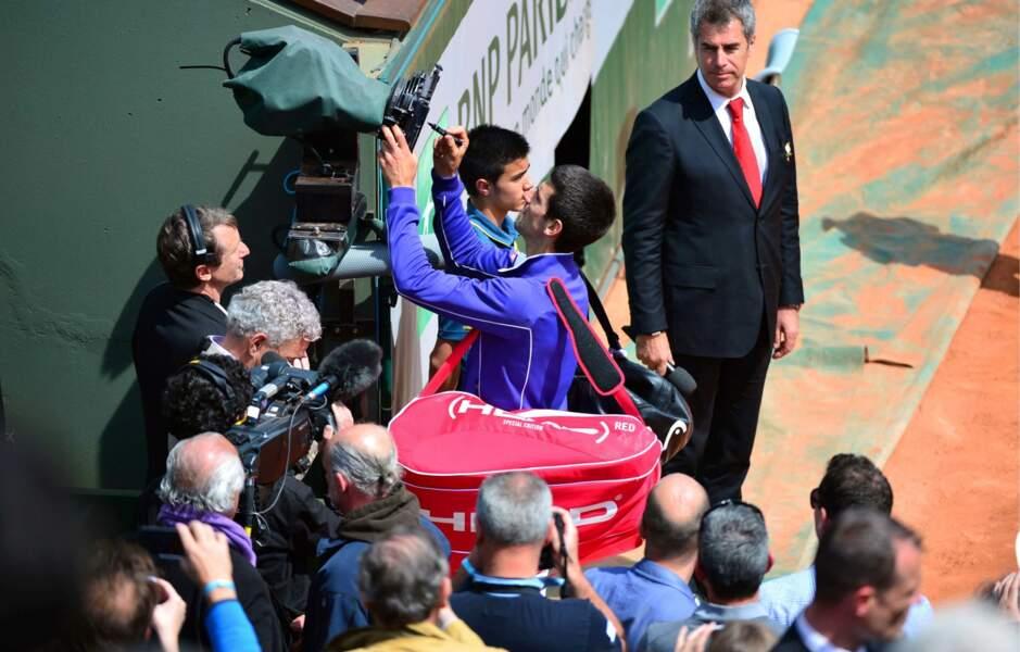 Et hop, une petite signature sur la caméra pour immortaliser la qualification pour les quarts de finale.