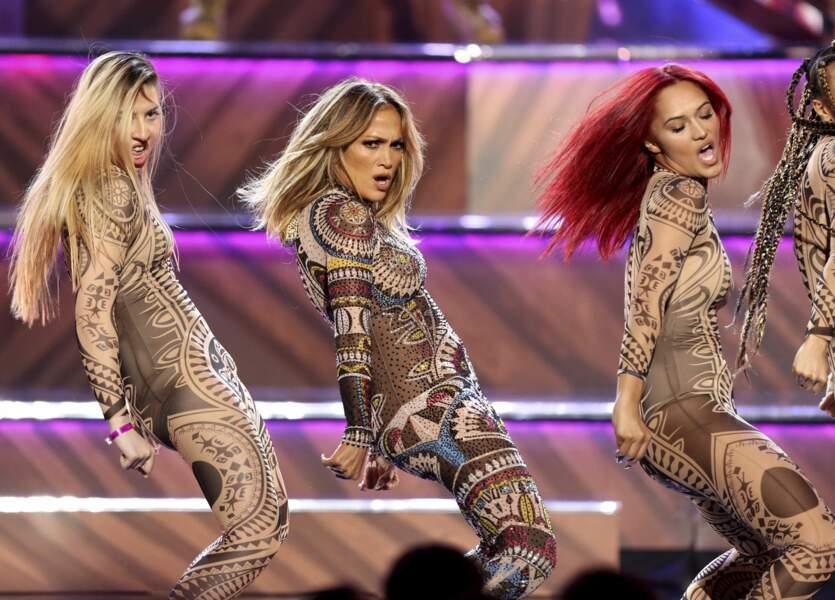 2017 au American Music Awards, combinaison double peau, au graphisme ethnique-chic.