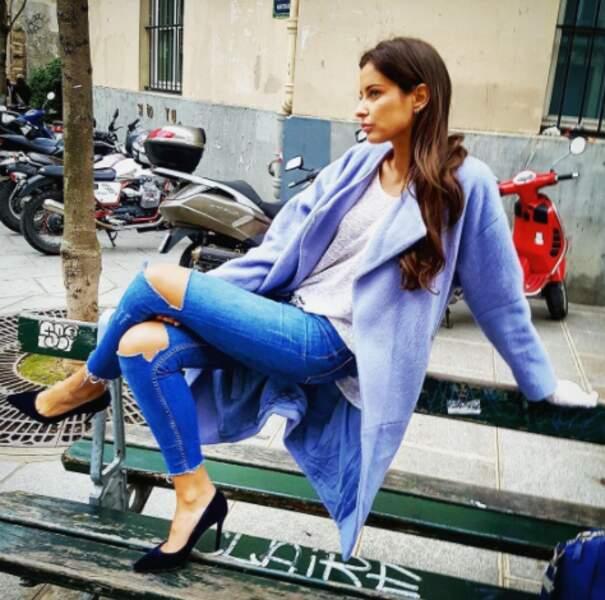On adore cette pose siiii naturelle de Malika Ménard sur un banc parisien.