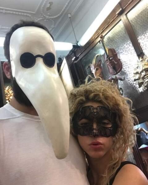En train de divorcer ? Non, Gerard Piqué et Shakira cherchent actuellement des masques.