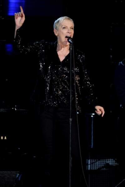 Annie Lennox, toute de noir vêtue