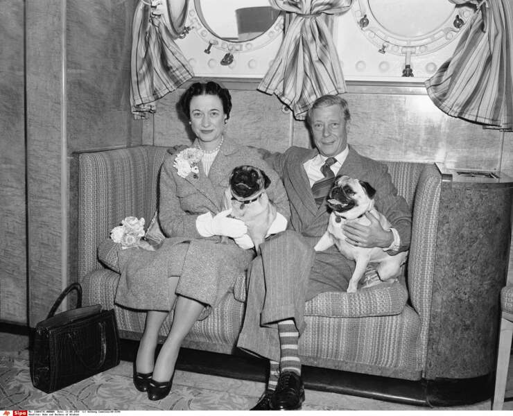 La série explore aussi l'histoire du duc de Windsor et de son épouse Wallis Simpson, exilés après avoir abdiqué