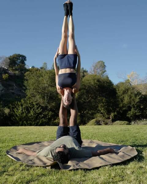 … et au yoga ! Elle impressionne d'ailleurs sur son compte Instagram tant par son physique que par les postures !