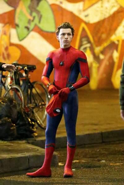 Tom Holland dans son costume de Spider-Man sur le tournage du film
