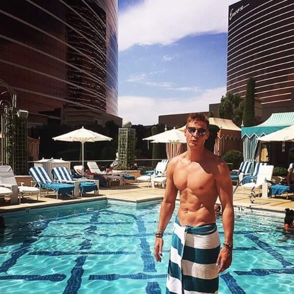 ... et ses piscines luxueuses au milieu des buildings...