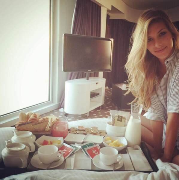 Un petit déjeuner au lit pour l'anniversaire de Camille Cerf