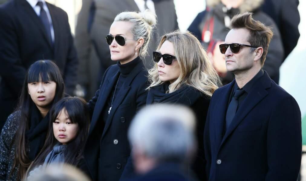 Læticia, Jade, Joy, David Hallyday et Laura Smet ont attendu le cercueil de l'artiste en bas des marches.