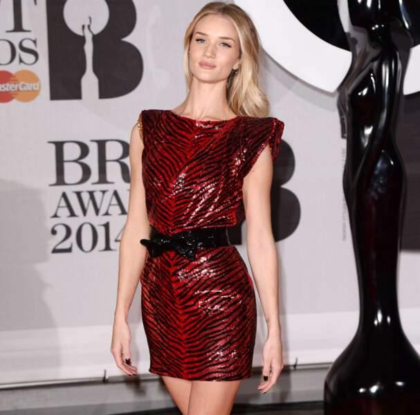 La très jolie mannequin Rosie Huntington-Whiteley avait revêtu une courte robe rouge et noire...