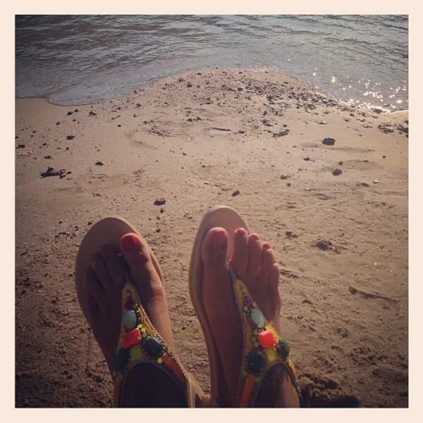 Autre version du selfie de vacances avec les pieds de Malika Ménard