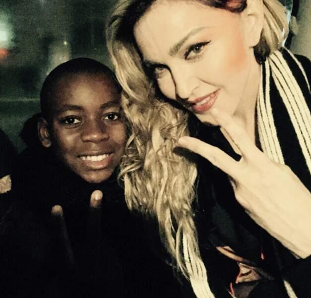 Madonna et son fils avant de veni chanter Place de la République