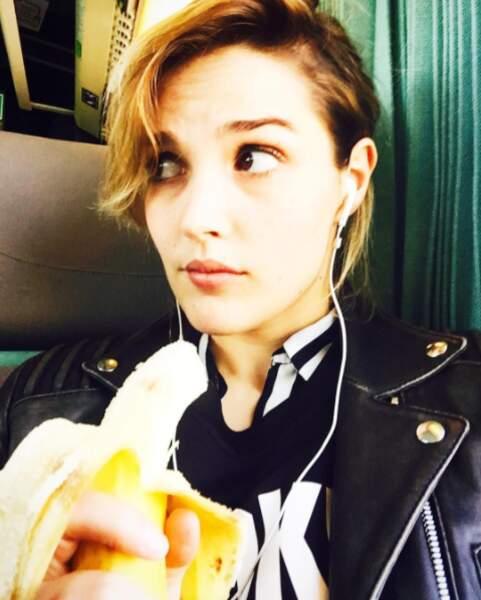 Malgré la fatigue, c'est une fille qui sait garder la banane en toute circonstances.