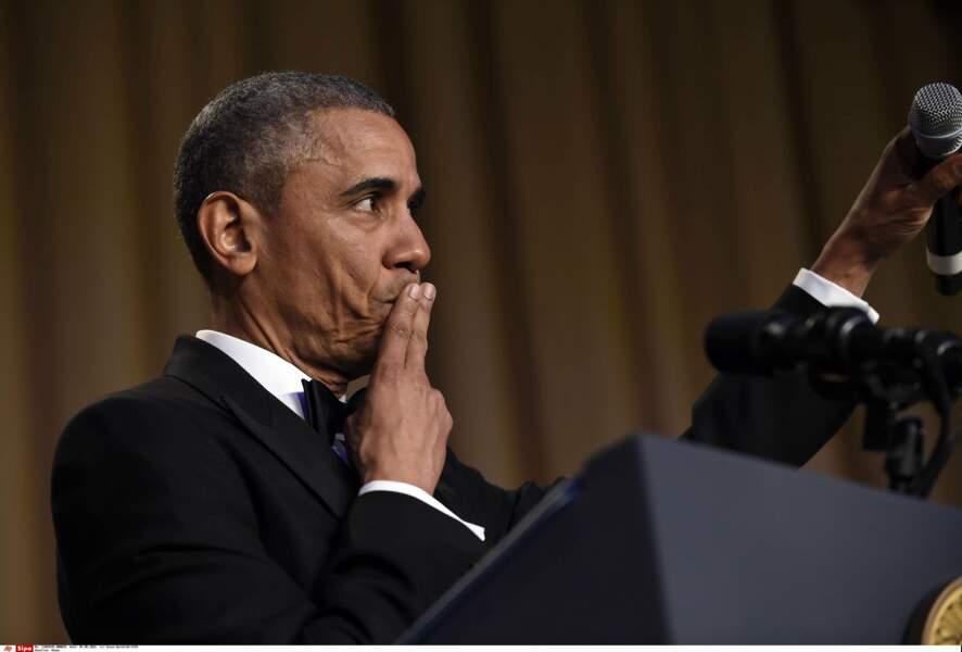"""Lors du dîner des correspondants en 2016, Barack Obama tente le """"mic drop"""" et lâche son micro"""