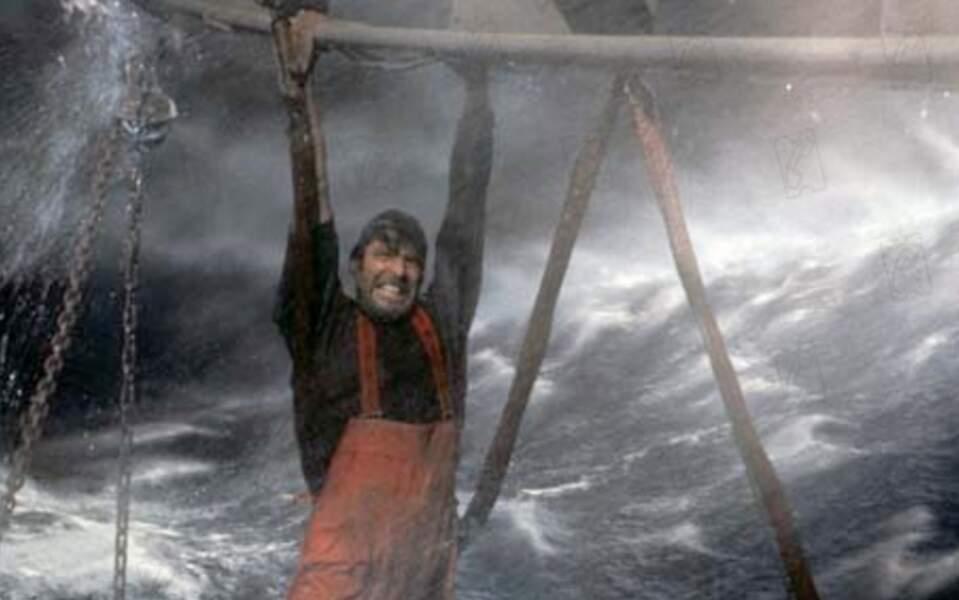 George Clooney face aux flots en furie dans En pleine tempête (2000).