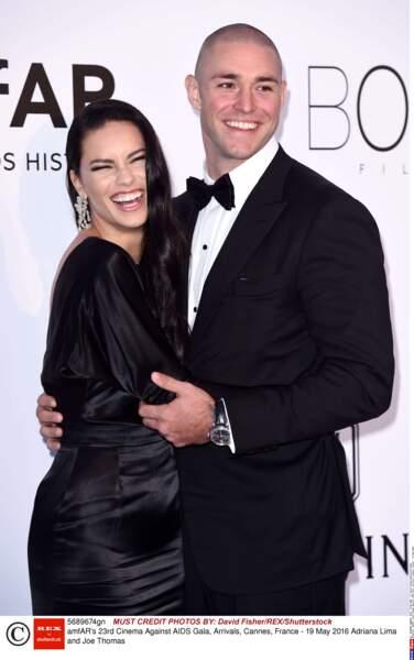 """La très belle et souriante Adriana Lima, mannequin brésilien, et son """"boyfriend"""" Joe Thomas"""