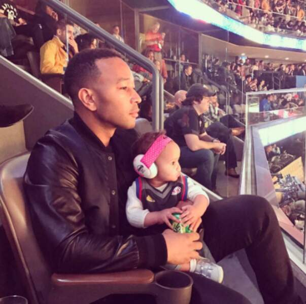 Patience : bientôt votre bébé sera grand et vous pourrez même allez au stade, comme John Legend et la petite Luna.
