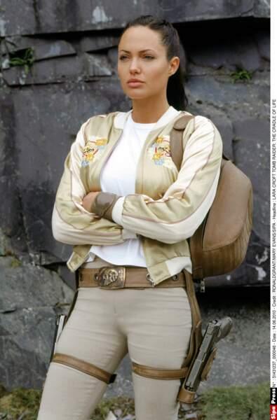 "Angelina Jolie au summum de sa ""bombattitude"" dans le film Tomb Raider (2001)"