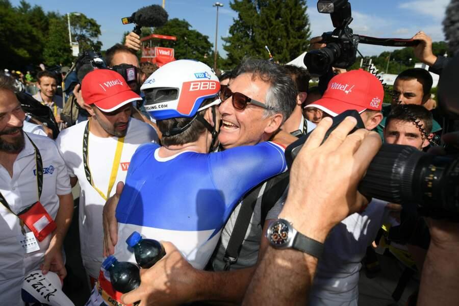 Rien de tel qu'un gros câlin pour fêter une victoire d'étape et un maillot vert, n'est-ce pas Arnaud Démare ?