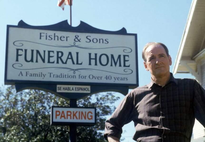 Le patriarche Nathaniel (Richard Jenkins) meurt dès le 1er épisode, laissant l'entreprise familiale à ses enfants