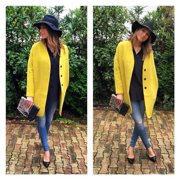 Avec ce joli manteau jaune, Laury ne doit pas passer inaperçue.