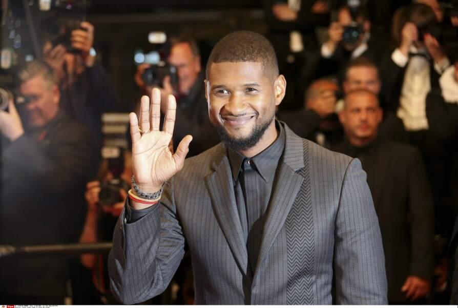 Usher, tout sourire et visiblement à son aise sur tapis rouge