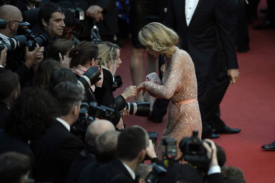 """""""Alors ça tu vois, c'est ma bague de fiançailles, elle coûte une blinde"""": Petra Nemcova est généreuse avec ses fans"""