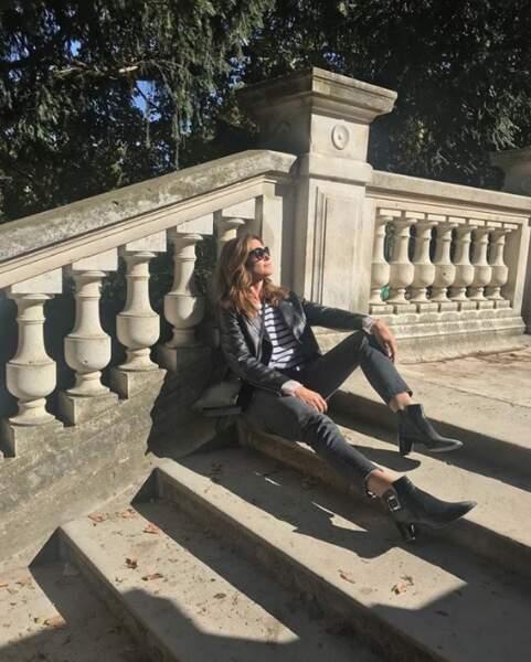 Alors que Cindy Crawford, elle, est peinarde à Paris.