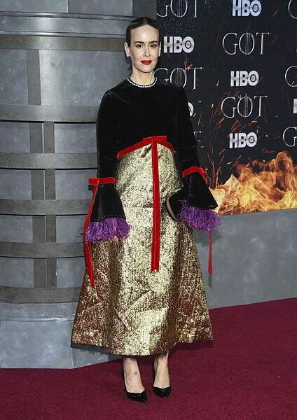 Rare invitée de la soirée : Sarah Paulson, dans une robe papier cadeau !