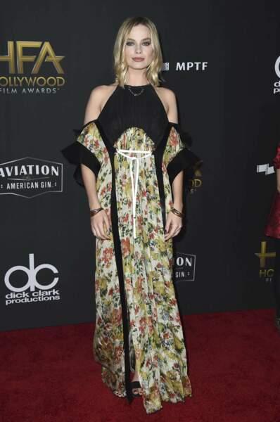 """Margot Robbie dans une robe discutable aux motifs très """"rideaux de grand-mère"""""""