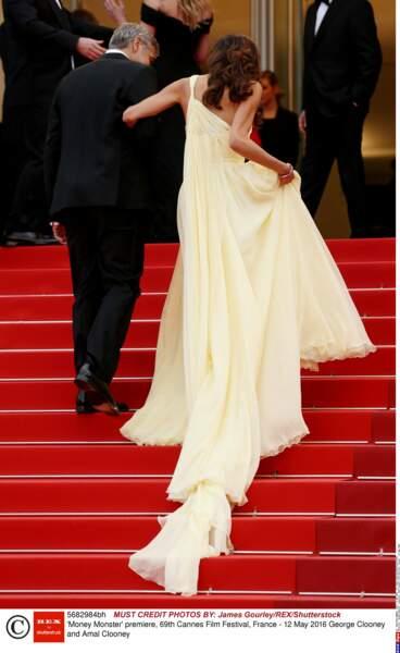 Une robe bien lourde pour un bras si frêle