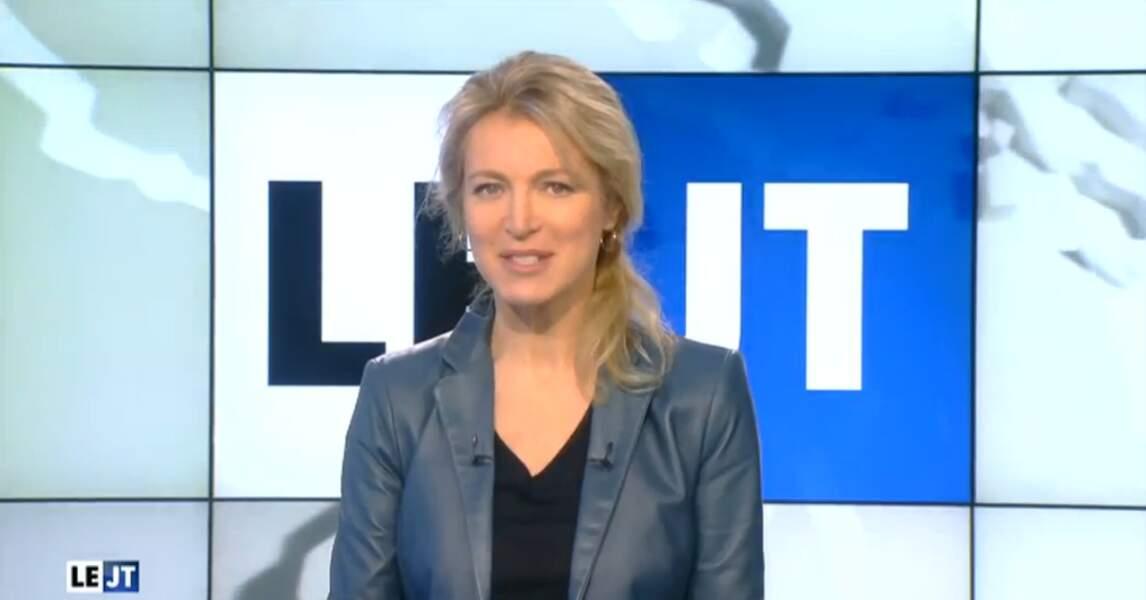 Jolie petite veste en cuir bleue pour Florence Dauchez