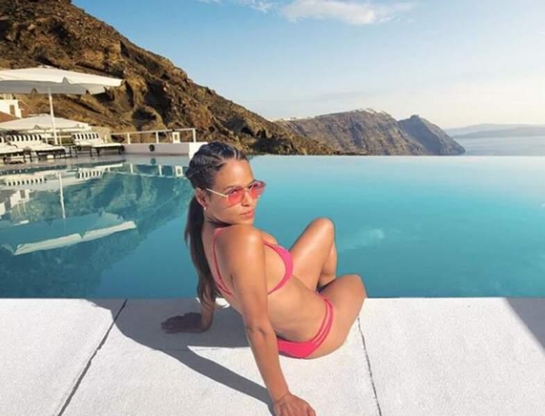 Cristina Milian se prélasse au bord de la piscine