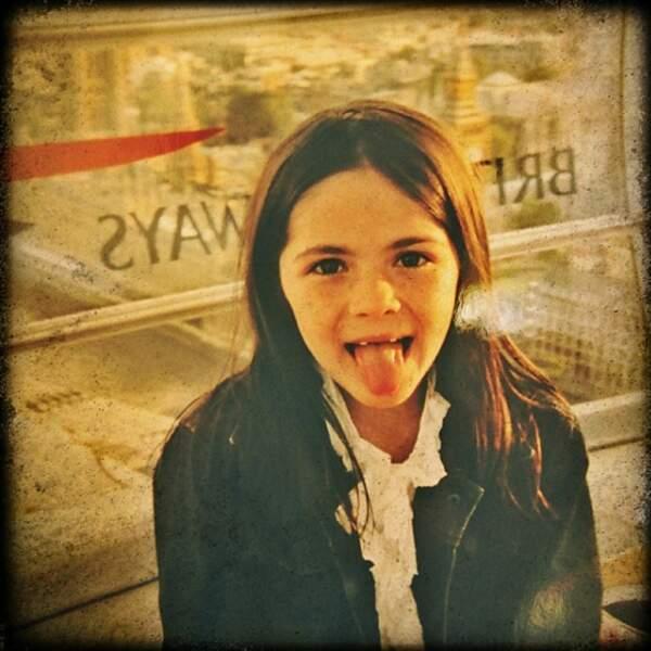 Trop chou dans la vraie vie, elle y joue une orpheline un peu flippante. Elle avait 12 ans à l'époque.