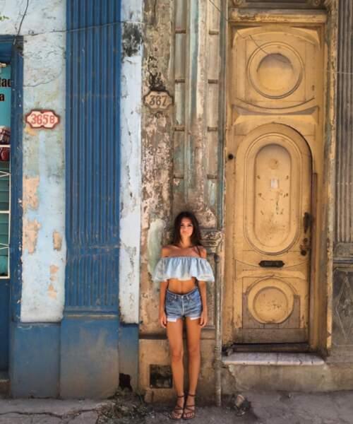 Mais les vacances aux Caraïbes (Cuba pour Emily Ratajkowski) = occasion de sortir ses plus belles tenues.