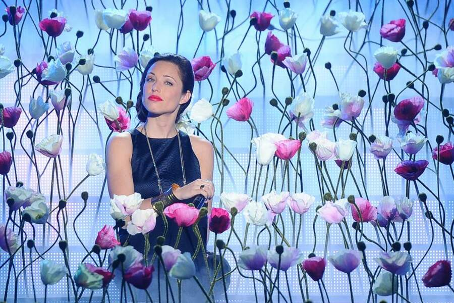 Natasha St Pier, belle plante parmi les fleurs...