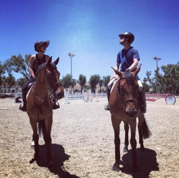 Kaley Cuoco, l'héroïne de Big Bang Theory, est dans son élément : avec son chéri et ses chevaux