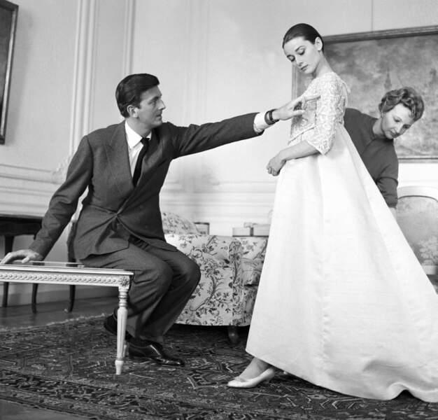 ... mais elle y rencontre surtout le couturier Hubert de Givenchy qui deviendra un ami (ici en 1958)