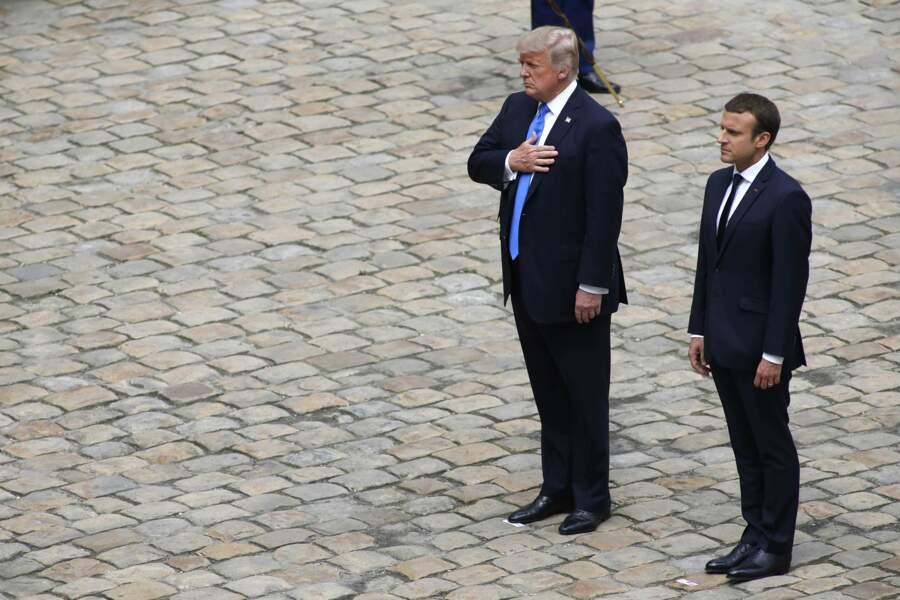 Les deux chefs d'état écoutent les hymnes nationaux