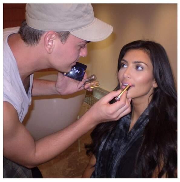 Kim Kardashian ADORE se faire maquiller